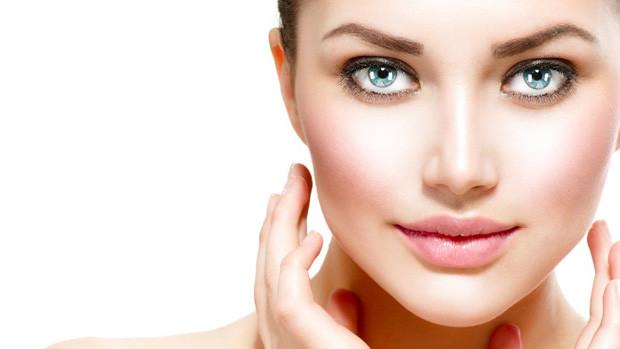 pelle viso con acido ialuronico